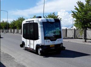 Kokeilullisen kulttuurin hedelmiä: liikennelain innovatiivisen tulkinnan myötä Suomen laki ei velvoita kuljettajaa olemaan kulkuneuvon sisällä. Näin ollen ilman kuljettajaa toimivia kulkuneuvoja voidaan testata aidossa kaupunkiympäristössä.